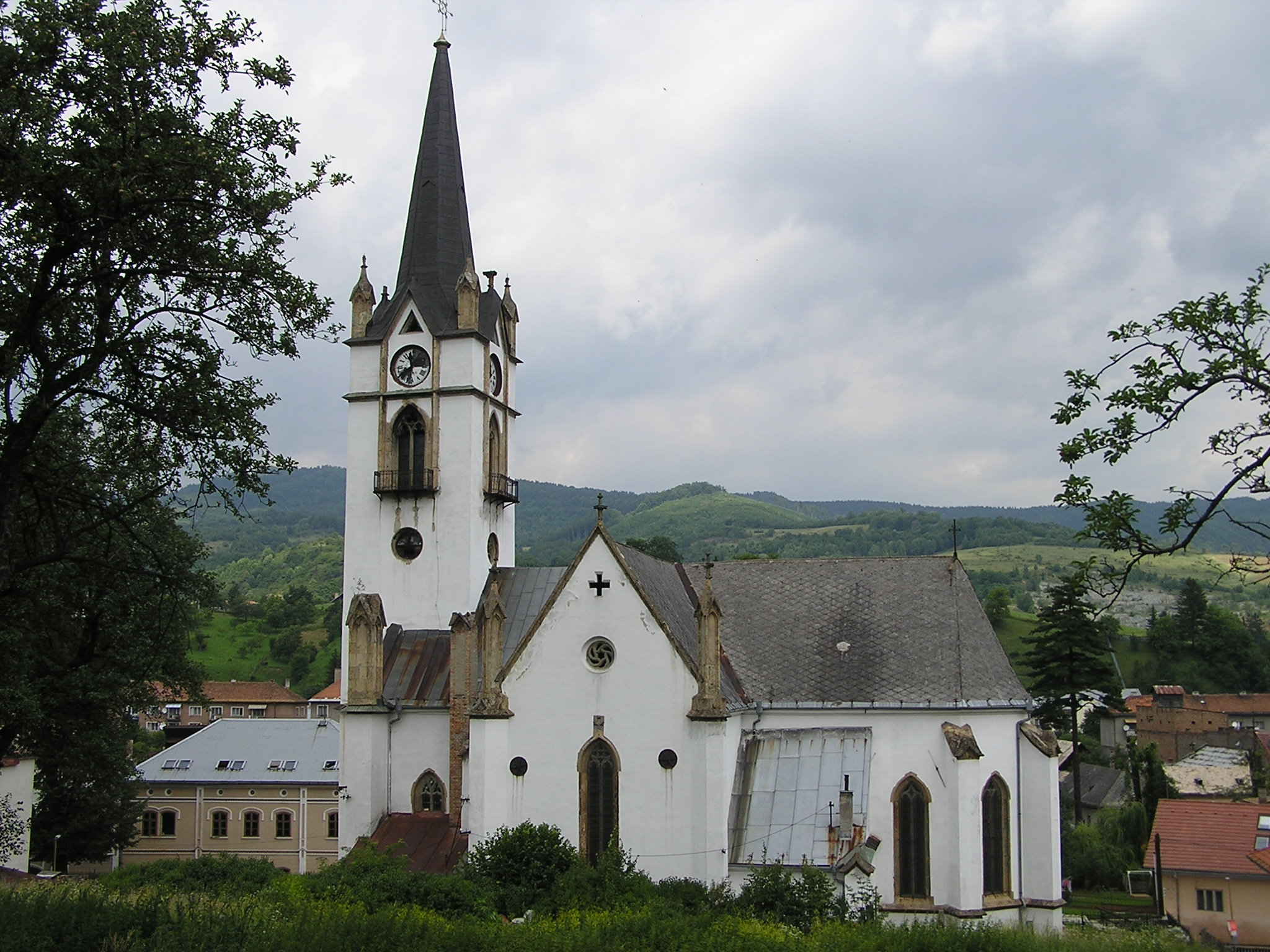 Pohľad na evanjelický kostol z miesta bývalej fary.