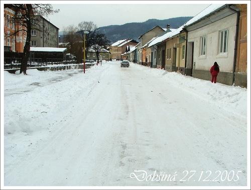 Letná ulica v zime od budovy gymnázia