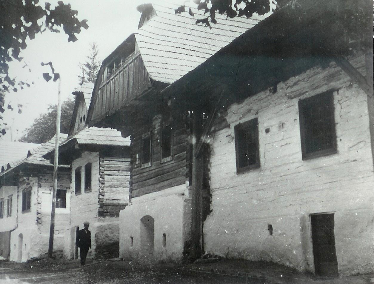 Domy pri ev. kostole, dobová fotografia asi 1955
